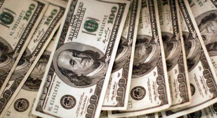 Dólar opera no maior patamar desde o fim de maio