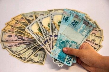 Dólar caro impacta a vida de quem também não viaja
