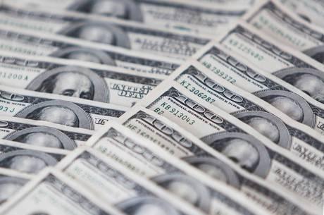 Moeda norte-americana já subiu 3,56 no mês