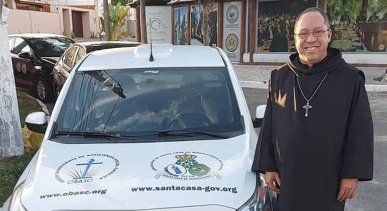Cohen ao lado de carro adesivado com endereços de sites identificados pela reportagem