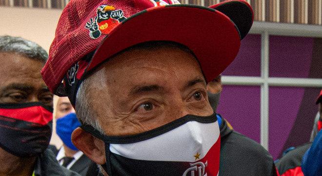 Com boné de torcida organizada, máscara do Flamengo. Domènec chegou