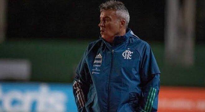 Domènec: além de montar mal a defesa do Flamengo, seguiu passivo na goleada