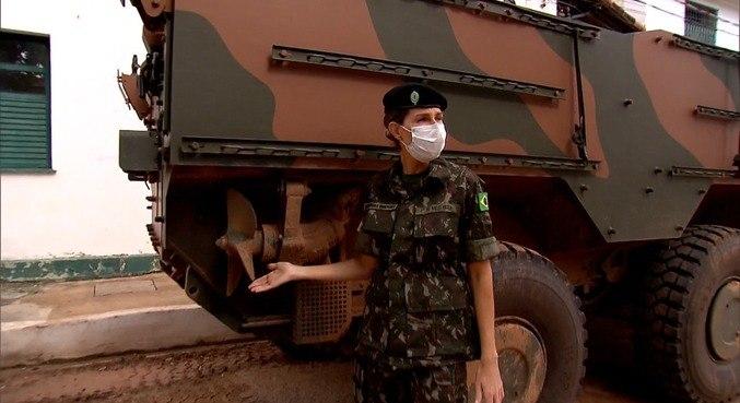 Mariana Weickert acompanha um treinamento do Exército
