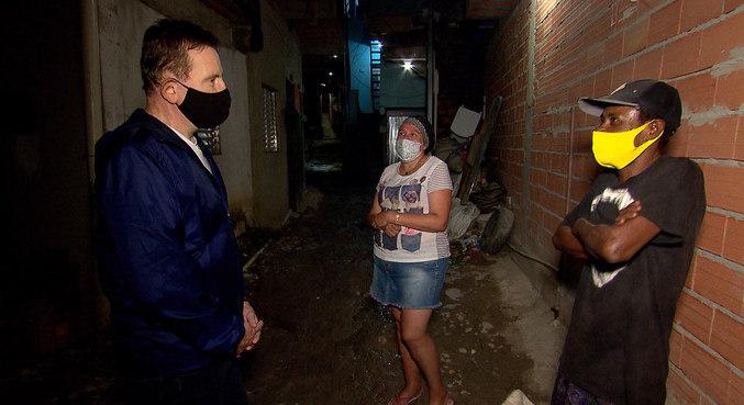 Roberto Cabrini mostra dificuldades vividas por moradores das comunidades de Paraisópolis e Heliópolis