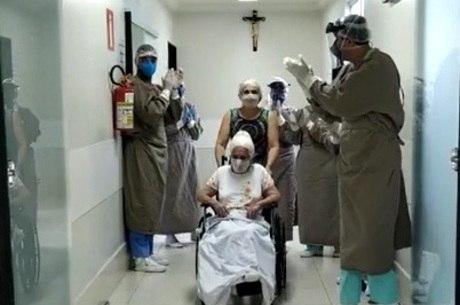 Em abril, idosa de 86 anos deixou hospital curada