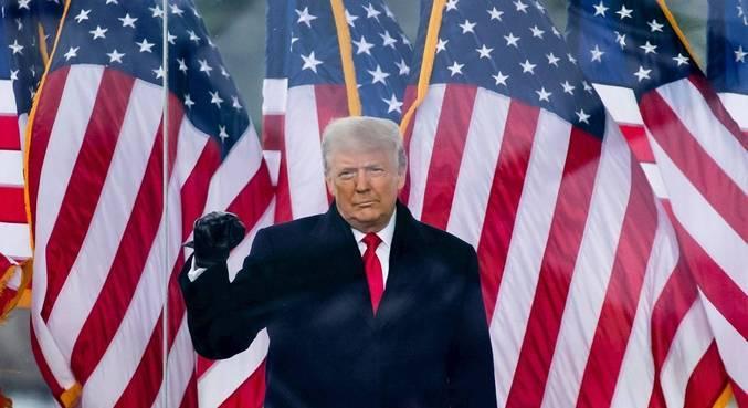 Senador republicano diz que presidente Donald Trump deveria renunciar
