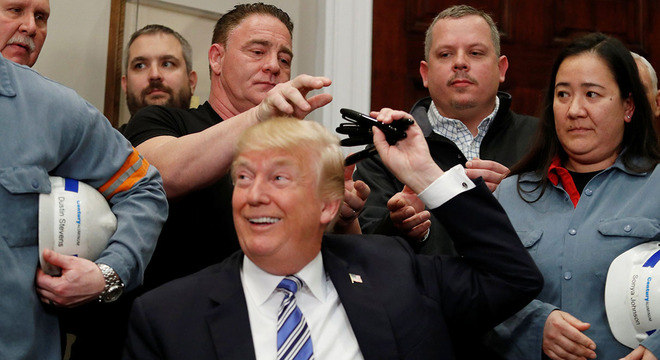 Trump assinou decreto ao lado de trabalhadores da indústria do aço