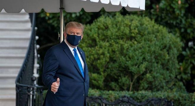 Donald Trump foi caminhando até o Marine One e acenou para os jornalistas