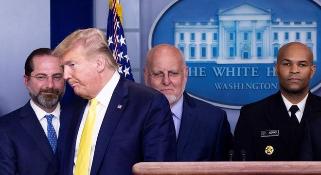 Donald Trum deixa a coletiva de imprensa sem dizer se fez o teste para coronavírus