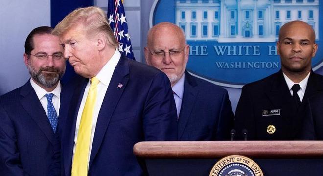 As coletivas de imprensa são feitas com Trump e Pence em um palco apertado