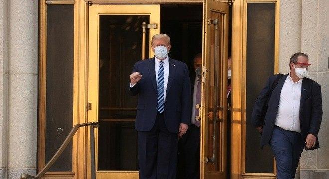 Donald Trump deixou o hospital caminhando e usando máscara nesta segunda