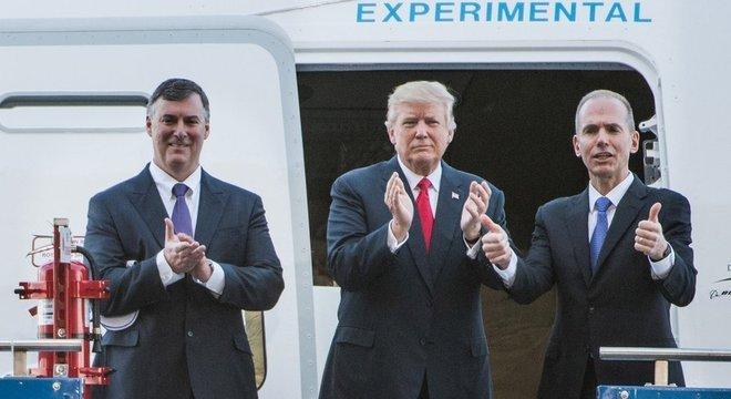 Dennis Muilenburg (à dir), CEO da Boeing, negociou pessoalmente com Trump a compra de novos aviões da frota Air Force One