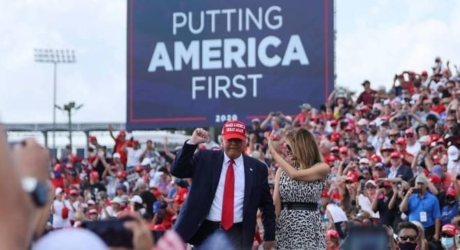 Donald Trump ao lado da esposa, Melania Trump durante comício na Flórida