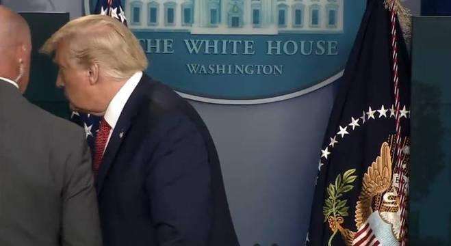 Momento em que Trump é retirado de coletiva de imprensa por segurança