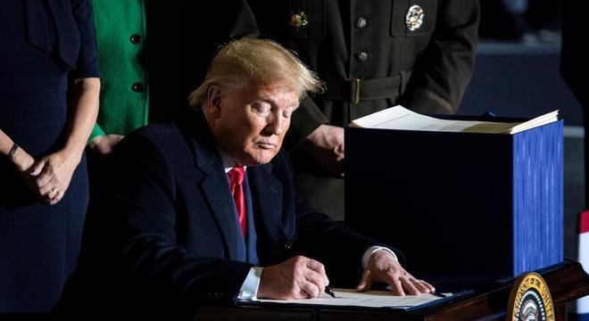 Os democratas acusam Trump de pressionar um aliado vulnerável a interferir nas eleições dos EUA