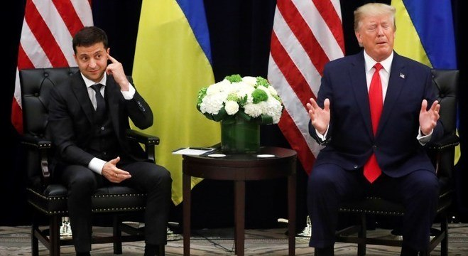 Conversa entre Trump (d) e Zelenskiy está sendo investigada nos EUA