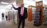Presidente dos Estados Unidos, Donald Trump, votou nesta manhã, em uma biblioteca da Flórida, com dez dias de antecedência. Os votos do estado são cobiçados na disputa eleitoral americana. Trump fará uma série de comícios até as eleições, no dia 3 de novembro