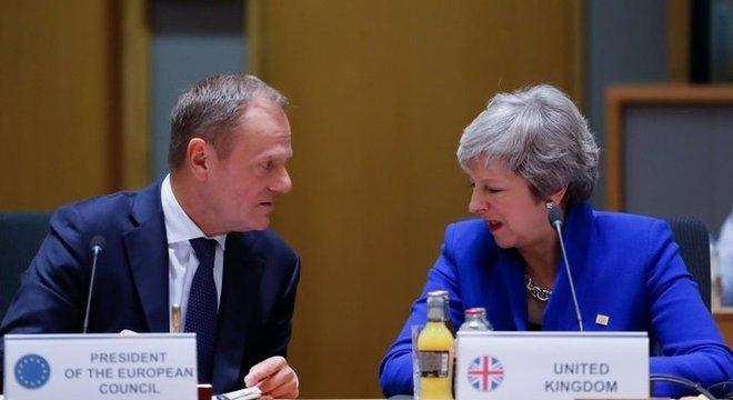 Theresa May agora terá que convencer o próprio parlamento a aprovar o acordo que ela assinou com líderes europeus. Há resistência por diferentes motivos entre parlamentares conservadores e trabalhistas