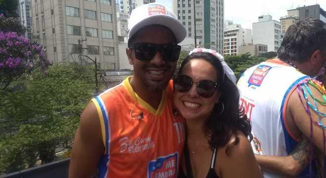 Doni Jr, de 37 anos, e Mikaelle Escobar, de 28, após o pedido de casamento