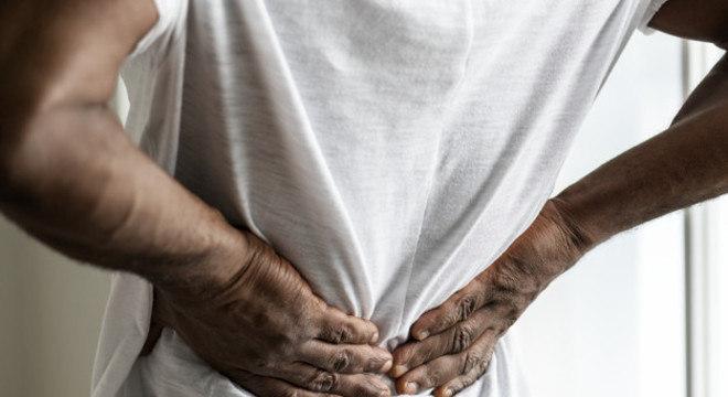 A pedra causa cólica renal quando sai do rim e cai no canal que o liga à bexiga