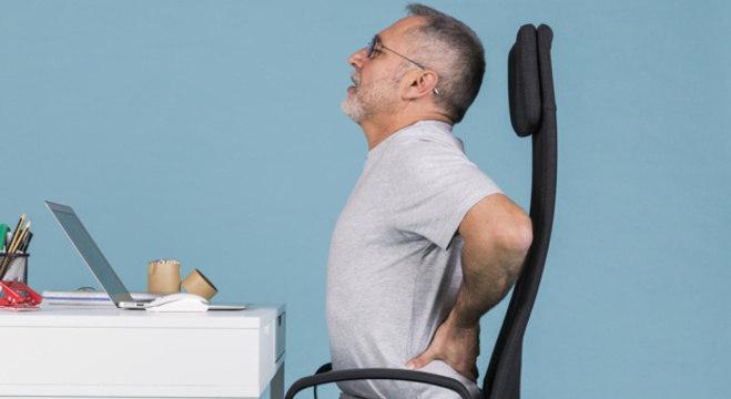 Dor na lombar pode ser causada por má postura no tempo de trabalho