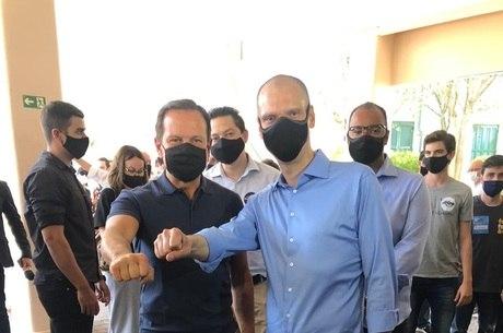 Governador João Doria vota ao lado de Covas