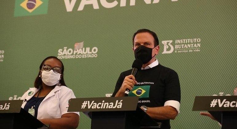 Governador João Doria fala em coletiva ao lado da primeira vacinada do Brasil, Mônica Calazans