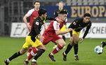 Já o Dortmund, que não consegue emplacar uma boa sequência de jogos, se complicou mais uma vez na Bundesliga, após perder neste sábado (6) para o Freiburg, fora de casa, por 2 a 1. Os gols da partida foram marcados por Schmid, Jeong Woo-yeong e Moukoko