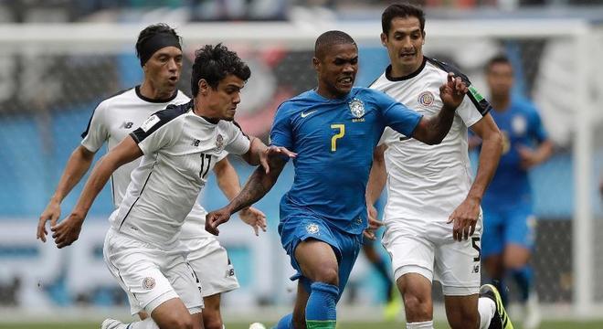 Douglas Costa pode ter feito treinos fortes demais na Seleção. Não suportou 8b5d71ac88276
