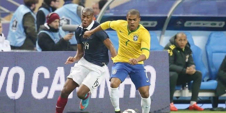 Douglas Costa, após muito tempo na europa, agora jogador do Grêmio, é um dos convocados para o ataque de time de craques brasileiros. O atacante assinou recentemente com o Grêmio