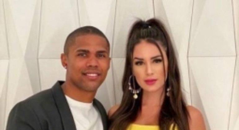 Douglas Costa e esposa Nathalia Felix