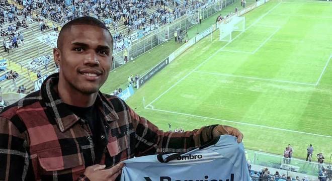 Douglas Costa esteve presente na Arena do Grêmio nesta quarta (18)