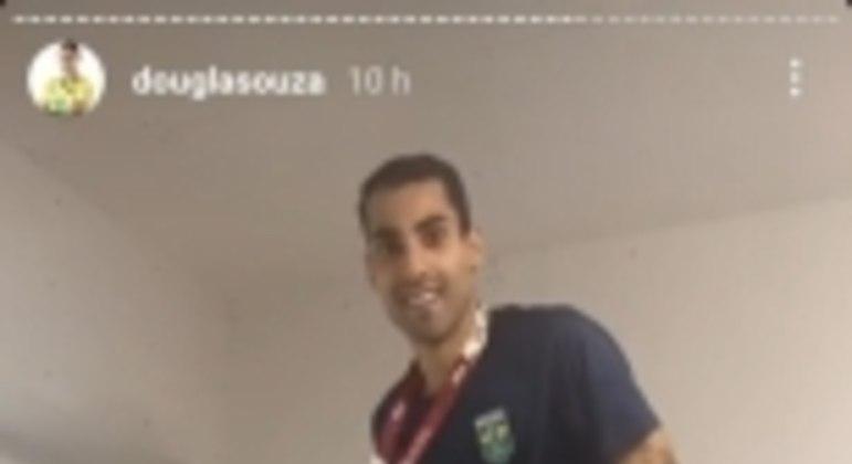Douglas Souza cama de papelão