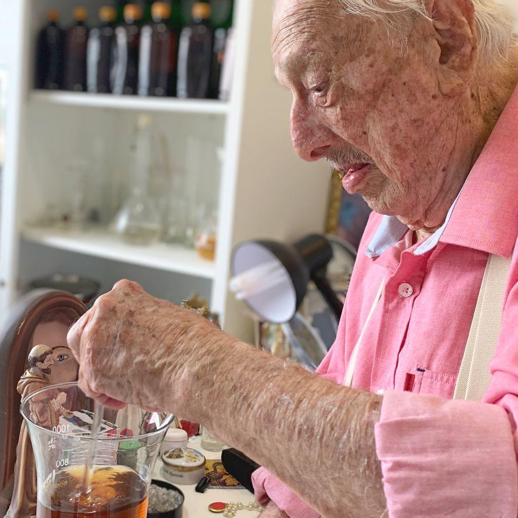 Doutor Pinho, 103 anos, ainda prepara remédios manipulados para a família e amigos