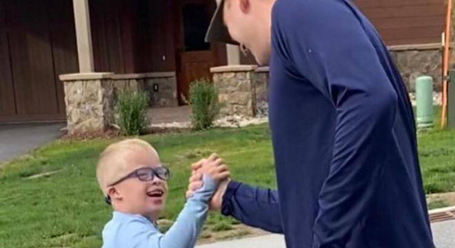 Ryan e seu pai adoram brincar juntos