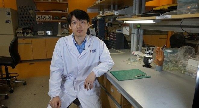 Dr. Benjamin Tee, líder do grupo de pesquisas sobre nova pele aritificial