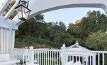 A casa ainda conta com uma varanda confortável. Assim os pais podem vigiar as crianças enquanto descansam olhando a paisagem