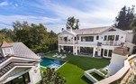 Um dos principais atletas do Warriors, Draymond Green comprou mansão luxuosa na última semana em Los Angeles. Com seis quartos,adega, piscina, spa e uma área externa grande, imóvel localizado na Califórnia é avaliado em cerca de R$ 50,7 milhões. Confira mais a seguir