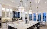 No imóvel, a cozinha gourmet tem bancadas feitas de mármore. Assim a família pode jantar com muito luxo após as partidas