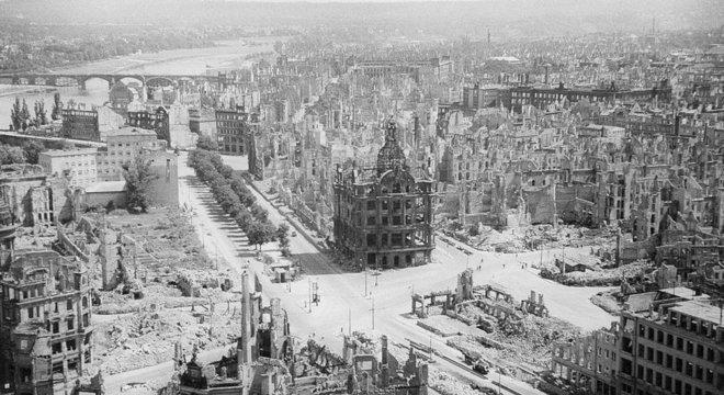 Grande parte de Dresden foi destruída na operação envolvendo britânicos e americanos