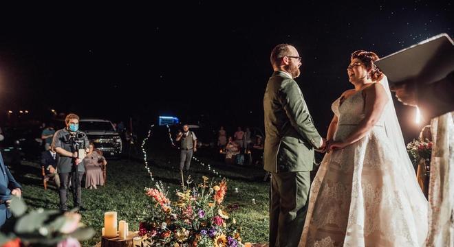 Noivos decidiram casar-se ao ar livre, num cinema drive-in