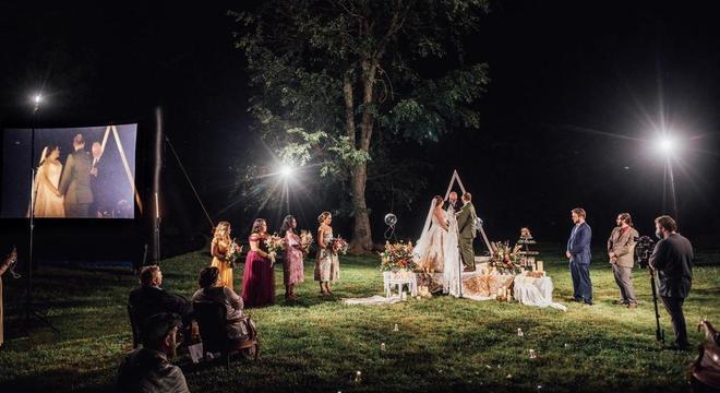 Por conta do distanciamento, os convidados assistiram à celebração também por uma tela