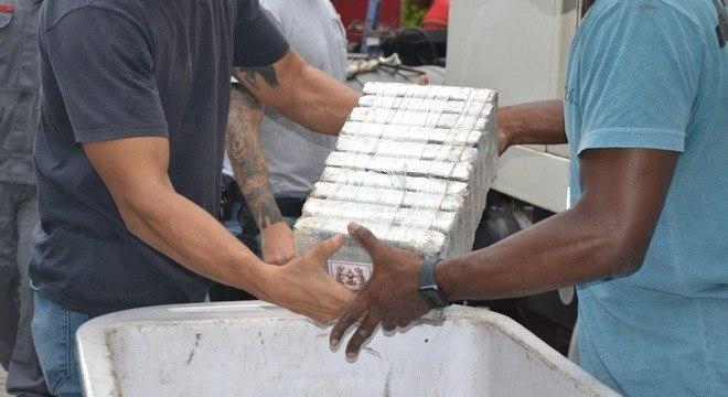 Polícia precisou da ajuda dos Bombeiros para a apreensão da droga
