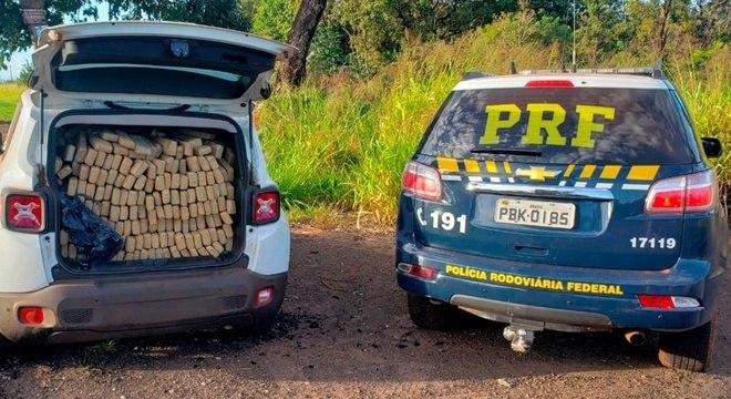 Droga transportada em carro e apreendida na Operação Tamoio