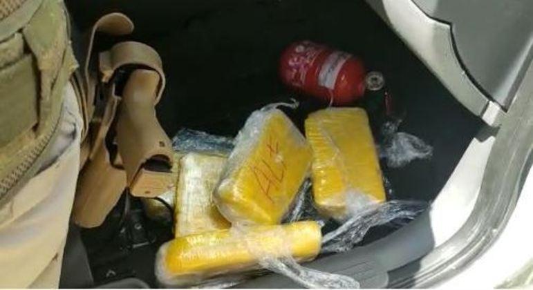 Polícia Rodoviária Federal apreendeu tabletes de cloridrato de cocaína em carro na Fernão Dias