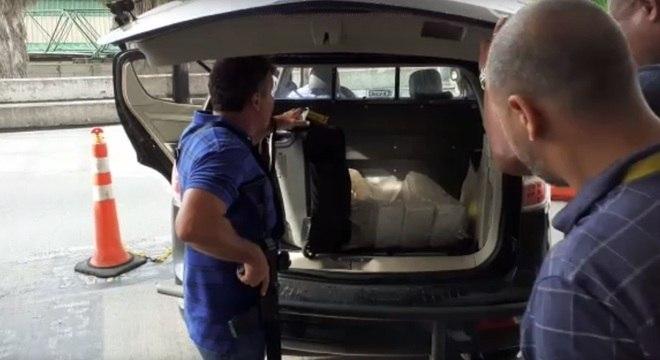 Droga foi apreendida e pesada por equipes da Polícia Civil no aeroporto