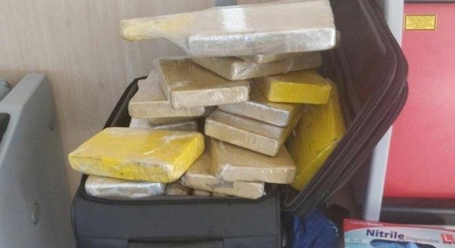 Droga estava em 37 pacotes dentro de uma mala que era bagagem de mão do sargento