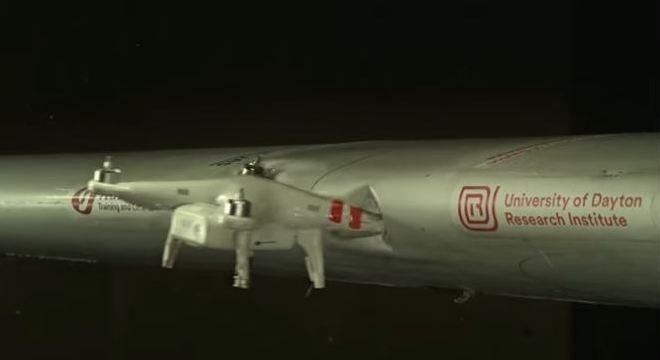 Momento exato do impacto de um drone com a asa de um avião