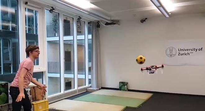 Drone é treinado para ter reflexos com jogo de futebol