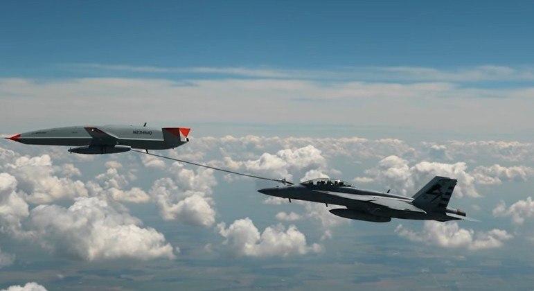 Drone MQ-25 da Boeing reabasteceu caça F-18 da Marinha em pleno voo